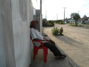 sentando na frente de casa